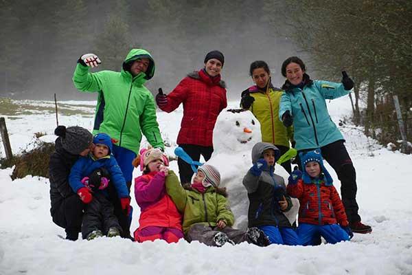 Niños y raquetas de nieve